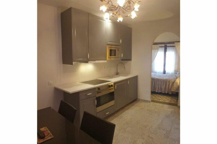 Apartamento con salón y cocina